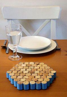 Reserve as suas quando o seu vinho preferido acabar! Com criatividade, é possível criar lindos objetos de decoração usando a cortiça. Inspire-se