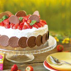 Sommaren är inte komplett utan en härlig sommartårta med rikligt med jordgubbar. Fylld med Marabou chokladgrädde och en lemoncurdfyllning blir den helt oemotståndlig. Den tjusiga botten gör du enkelt genom att varva Noblesse omlott. Cute Baby Videos, Fika, No Bake Cake, Feel Good, Tart, Cheesecake, Brunch, Treats, Sweet