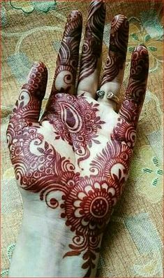 Not all mehndi designs should be unpredictable and intricate. Indeed, even simple mehndi designs can look extremely beautiful on hands. Latest Arabic Mehndi Designs, Indian Mehndi Designs, Latest Bridal Mehndi Designs, Henna Art Designs, Modern Mehndi Designs, Mehndi Designs For Girls, Mehndi Designs For Beginners, Mehndi Design Photos, Wedding Mehndi Designs