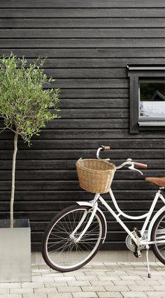 Våre vakreste sorte toner! Mal huset med DRYGOLIN Nordic Extreme 0734 Brunsvart og du får et hus som er mørkt, men med et noe varmere og lunere uttrykk en helt sort. 50 Shades Of Grey, Exterior Colors, Bicycle, Colours, Beige, Bike, Bicycle Kick, Exterior Paint Colors, Bicycles