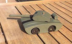 Handgemaakt houten speelgoed: tank Kleur en afwerking kan volledig zelf gekozen worden. Wenst u liever een houten look? of een geverfde versie. Interesse of vragen? Stuur gerust een berichtje