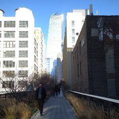 #InstagramELE #línea  El High Line es un parque elevado que está en la ciudad de Nueva York. Está construido sobre una antigua línea de ferrocarril y aún se pueden ver algunas vías. Ahora es más largo porque en los últimos años lo han ampliado. Es muy recomendable pasear por aquí #ceaspring17 #ceaspring17b