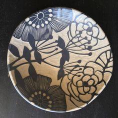 Ceramic Decor, Ceramic Design, Ceramic Plates, Ceramic Pottery, Ceramic Art, Sgraffito, Pottery Painting Designs, Pottery Designs, Clem