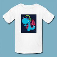 T-shirt DJ Dino | Een 100% katoen single jersey t-shirt verkrijgbaar met v-hals of ronde hals met opdruk voor kinderen! In diverse maten verkrijgbaar.  #kleding #textieldruk #textielprint #opdruk #print #eigenprint #kindershirt #tshirt #shirt #witshirt #kids #meiden #jongens #meisjes #schattig #dino #dinosaurus #dj #cartoon #illustratie #afdruk #prehistorisch #muziek #cool