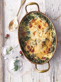 Το σπανάκι εδώ σερβίρεται σε γκουρμέ εκδοχή και συνοδεύεται από μπεσαμέλ. Μπορεί να σερβιριστεί και σε επίσημο τραπέζι. Baked Pasta Dishes, Pasta Bake, Greek Recipes, Food To Make, Casserole, Baking, Vegetables, Breakfast, Ethnic Recipes