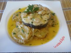 Patatas a la importancia con merluza y gambitas Spanish Cuisine, Spanish Food, Mexican Food Recipes, Ethnic Recipes, Mediterranean Recipes, Fish And Seafood, Flan, Recipe Collection, Great Recipes