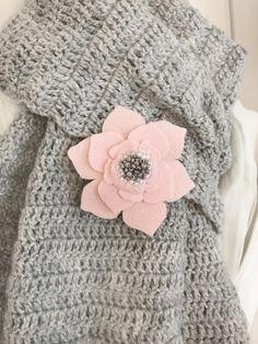 """**Diese bezaubernde Ansteckblume namens """"Ann"""" aus der Snuggles-Cottage Limited Edition """"Kleine Kostbarkeiten"""" wurde mit viel Herzblut im Snuggles-Cottage Atelier entworfen und per Hand liebevoll..."""