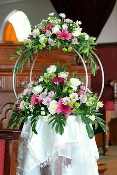 Geometric wedding inspiration for the modern chic couples Church Flowers, Funeral Flowers, Wedding Flowers, Deco Floral, Arte Floral, Floral Design, Large Flower Arrangements, Large Flowers, Wedding Centerpieces
