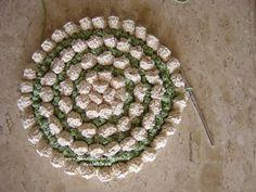 http://falandodecrochet.blogspot.com/2008/09/tapete-de-croch-com-flores-em-espiral.html
