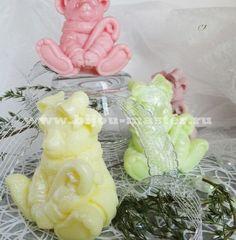 Новогодний мишка розовый - домашнее оливковое подарочное мыло Это прекрасный новогодний сувенир-подарок, не только красивый и необычный, но и полезный. Каждый малыш словно присыпан серебристыми хлопьями перламутрового снега. Ароматы и добавки могут быть сделаны на заказ по вашему вкусу.  Состав: английская основа, оливковое масло, эфирные масла (В зависимости от цвета я добавила различные масла - лимонной травы, мяты, лаванды, апельсина, мандарина), витамины А и Е, глицерин. Розовое - аромат…