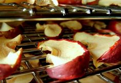 Dehydrating apples is a great option for long-term storage if you don& want to fill your freezer. These make a chewy, sweet and nutritious snack. Nutritious Snacks, Healthy Treats, Yummy Snacks, Yummy Food, Dehydrated Apples, Dehydrated Food, Oven Dried Strawberries, Apple Snacks, Dried Apples