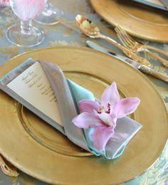 pliage de serviettes en pochette et décoration en orchidée rose