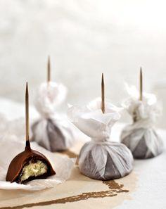 """Schokolade am Stiel - Süß, aber nicht zu süß, außen hart und innen soft. Dazu eine deutliche Honignote. Einfach grandios! Für die Herstellung verwenden Sie das Rezept """"Weiße Trüffel""""."""