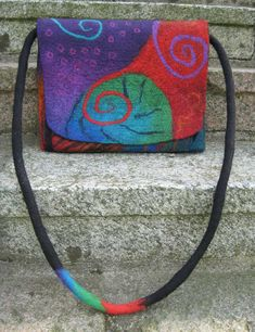 Beautiful spirals to carry on your purse. Nuno Felting, Needle Felting, Felt Purse, Art Bag, Handmade Purses, Felting Tutorials, Felt Art, Felt Animals, Felt Crafts