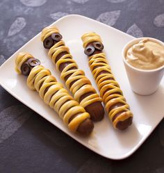Saucisses momie pour Halloween These little sausage mummies are easy to do and will please your kids a lot to celebrate Halloween or even for a birthday snack. Halloween Snacks, Halloween Buffet, Halloween Party Appetizers, Easy Halloween, Plat Halloween, Halloween Biscuits, Helloween Party, Bricolage Halloween, Churros