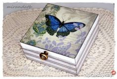 Przedmiotem sprzedaży jest ręcznie zdobiona i malowana herbaciarka z przegrodami - wzór motyl / paski.  Wymiar: 16,5 x 16,5 x 8 cm.  Idealny prezent na Dzień Matki  Pozostałe pudełka dostępne w sklepie. Koszt wysyłki 13 zł
