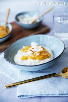 Reis in #Kokosmilch gekocht und mit einer sommerlichen #Mangosoße verfeinert ist unsere neue Lieblingsvariation dieses Desserts. Mit diesem #Rezept wirst du den Kindheitsklassiker wiederentdecken und dich neu verlieben! #Dessert #Milchreis