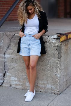In Need of a Style Uniform? Here are 4 Foolproof Ideas A style uniform is a look that you already know looks good together and no extra thinking is required. Here are 4 style uniform ideas to make your life easier! Fall Outfits For Work, Mom Outfits, Casual Fall Outfits, Spring Outfits, Denim Shorts Outfit, Jean Shorts, Denim Outfits, Denim Overalls, Jeans