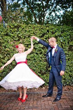 Ett brudpar med 50-tals inspirerad look. [50's inspired wedding.] #wedding #bröllop #ecobride