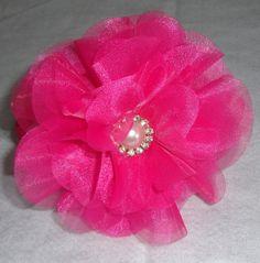 flor tecido organza cristal Pink, detalhe meia pérola c/ strass.   A flor mede 12 cm