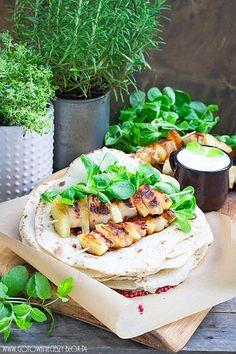 Wczoraj pokazałam Wam jak samodzielnie przygotować tortille, a dziś zaproponuję Wam z czym możecie je podać. Jest to propozycja dla osób które lubią połączenie Fresh Rolls, Grilling, Tacos, Mexican, Ethnic Recipes, Food, Pineapple, Crickets, Meals