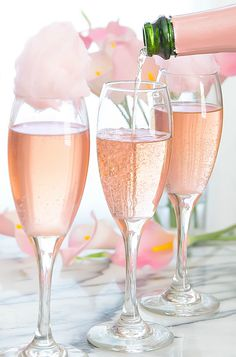 Rosé champagne is topped with fresh cotton candy for a beautiful cocktail perfect for a garden party, wedding, or any other special event. The cotton candy will dissolve when it hits the champagne, creating a sweet champagne cocktail. Cranberry Champagne Cocktail, Cotton Candy Cocktail, Cotton Candy Champagne, Sweet Champagne, Sparkling Wine, Pink Champagne Margarita, Champaign Cocktails, Cotton Candy Drinks, Champagne Images