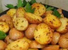Roasted baby potatoes: 2 pounds small new potatoes (red or yellow), cleaned, dried and sliced in half Olive oil Salt, Pepper and garlic powder Fresh Parsley Potato Dishes, Potato Recipes, Veggie Recipes, Sausages In The Oven, Roasted Baby Potatoes, Fried Potatoes, Cooking Tofu, Cooking Games, How To Cook Zucchini