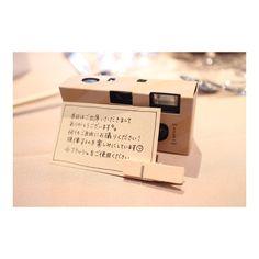 各テーブルには1,2個使い捨てカメラを設置。 カメラにはカバーをつけ、案内文を一緒に添えました。 ※使い捨てカメラを置く予定の花嫁さん、室内ではフラッシュは必ずするようにお願いした方が良いですよ♪