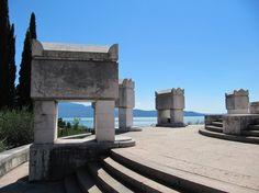Het mausoleum van Il Vittoriale met een prachtig uitzicht over het Gardameer Lake Garda, Tower Bridge, Tour Guide, Travel Posters, Tours, Park, Building, Places, Bella