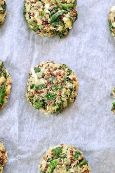 My fav healthy party appetizers or salads toppings! Those Baked Spinach & Quinoa Patties are crispy, made with only 5 ingredients and perfect to add into kids lunchboxes or use into vegetarian burgers. #vegetarian #burgers #patties #quinoa #spinach #recipe #food #healthyfood #appetizers #superfood #supergrains #glutenfreeburger #dairyfree