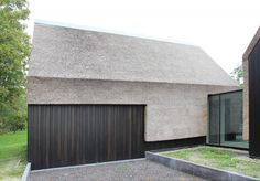 Image 13 of 26 from gallery of Outside-in' - Residence in Goes / grassodenridder_architecten. Courtesy of grassodenridder_architecten Residential Architecture, Architecture Design, Long House, Thatched Roof, Modern Barn, Exterior Design, Building A House, Gallery, Cladding