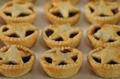 Mince Pies, also known as Mincemeat Tarts, consist of small rounds of short crust pastry filled with mincemeat. With Demo Video Tart Recipes, Baking Recipes, Pastry Recipes, Baking Ideas, Healthy Recipes, Mincemeat Pie, Mincemeat Cookies, Mincemeat Recipe, Pie Cake