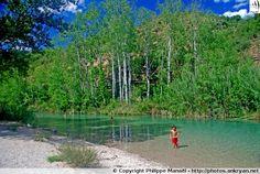 """Un immense gué, sur le Rio Alcanadre, mène au """"Salto de Bierge"""" (Sierra de Guara, Espagne). La rivière, aquatique et très ludique avec ses vasques et piscines naturelles à l'eau turquoise et rafraichissante, traverse le Canyon de la Peonera"""