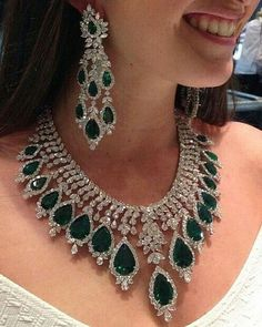 Esmeraldas y diamantes .Sunday find - a showstoping emerald necklace and earrings by via . Emerald Necklace, Emerald Jewelry, Diamond Jewelry, Ruby And Diamond Necklace, Green Necklace, Gold Necklace, Indian Wedding Jewelry, Bridal Jewelry Sets, Bridal Jewellery