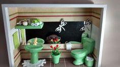 Quadro de banheiro ou lavabo, tipo nicho, feito em madeira MDF, pintado com tinta PVA, miniaturas de cerâmica, pintadas e envernizadas, bijú, tecidos,crochê,papéis, flores artificias, biscuit,etc,Quadro envernizado e com vidros de proteção.