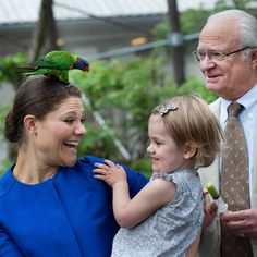 Swedish King Carl Gustaf, Crown Princess Victoria and Princess Estelle visited Skansen in Stockholm at the beginning of the summer.  Crown Victoria raises the laughter of her daughter and her Father with a parrot on her head