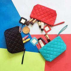 Para organizar suas makes e leva-las para qualquer lugar, aposte em necessaires coloridas e descoladas! ❤️ Onde encontrar: Fly Acessórios (Av. Cristóvão Colombo, 287 - Loja 15 - Savassi) #feirashop #lindadefeirashop #moda #Modabh #modamineira #modaparameninas #maquiagem #makeup #make #beleza #beauty #fashion #trend #tendencia #style #estilo #necessaire #viagem #verao #bolsa #bh #savassi