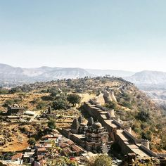 Thirty six kilometres of wall, fifteen feet at its thickest, Kumbhalgarh fort that lies on the borders of the medieval kingdoms of Mewar and Marwar. Built by Rana Kumbha, the fort holds within its walls stories of Human sacrifice and kings who were 7ft tall. Rajasthan has been a revelation. #cyclinginindia #rajasthan #tourguide #getunventured