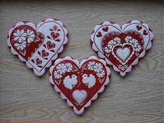 Krásne ručne zdobené Valentínske medovníčky, alebo svadobné medovníčky. Originálny darček pre milovanú osôbku. Balené sú v celofáne s vkusnou mašľou. Možno dopísať aj meno. CERTIFIKÁT: regi...