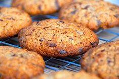 Her får du min meget nemme og hurtige opskrift på cookies med havregryn, der bages med mørk chokolade. Opskriften er med billeder. Cookies med havregryn er nemme og lidt sunde kager, der samtidig er både nemme