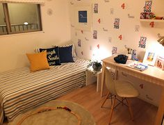 K379 元気な男の子の部屋 淡い色の床・デスク素材と間接照明で、広がりを、壁紙で元気な男の子の部屋を演出。 Corner Desk, Interior, Table, Furniture, Home Decor, Yellow, Corner Table, Decoration Home, Indoor