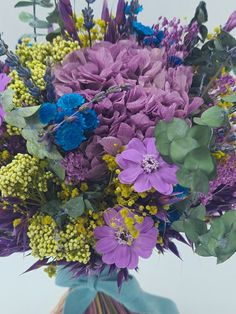 Marzo y vamos a hablar de las hortensias para los ramos de novia | Flores Akita Akita, Floral Wreath, Wreaths, Plants, Floral Decorations, Vases, Crystal Vase, Design Styles, Pop Of Color
