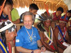 Mark Plotkin participa de reunião com chefes indígenas no Amazonas