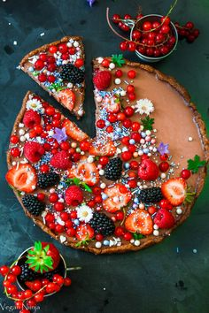 Simple vegan chocolate ganache with only a few ingredients. Easy gluten free tart with chocolate and berries. Vegan Chocolate Ganache, Chocolate Treats, Tart Recipes, Sweet Recipes, Dessert Recipes, Vegan Recipes, Recipes Dinner, Cute Desserts, Vegan Desserts