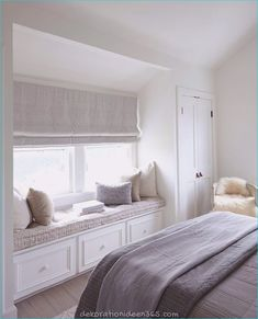 cocooning room decoration – fitted out relaxation area with under-seat banquette and cushions deco in neutral tones Source by jeannemaur Bedroom Window Design, Bedroom Windows, Home Decor Bedroom, Window Seats Bedroom, Bedroom Nook, Window Seat Cushions, Bedroom Girls, Bedroom Curtains, Gray Bedroom