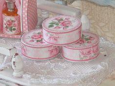 Casa de muñecas colección de fragancia crema de rosas de latas. 1:12 colección de miniaturas para casas de muñecas. 1,3 cm.