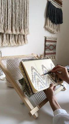 Weaving Loom Diy, Weaving Art, Weaving Patterns, Tapestry Weaving, Hand Weaving, Diy Crochet Bag, Yarn Wall Art, Knitting Paterns, Weaving Wall Hanging