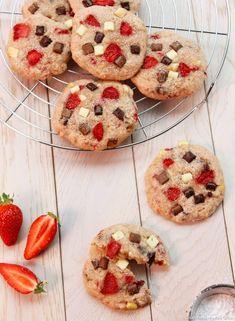 Cookies aux fraises et pépites de chocolat - De délicieux cookies pour fêter l'arrivée des beaux jours ! Notez que cette recette est aussi délicieuse hors saison, avec des fraises séchées.