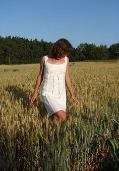 Šaty ADRIANA Šaty jsou přilnavým oděvem, určeny především přímo na tělo jako hlavní oděv. Zajímavě řešená poutka a tkanička, dobře sedící střih přes prsa. Barva : smetanověbílá. Velikost na obrázku: 38 Rozměry: prsa - 90 cm, pod prsy - 78 cm, délka od ramene dolů - 92 cm Oděv lze zhotovit od velikosti 36 do velikosti 50.  Lze i podle osobních rozměrů.