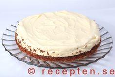Tårtan på serveringfat Vanilla Cake, Mousse, Pie, Desserts, Food, Torte, Tailgate Desserts, Cake, Deserts